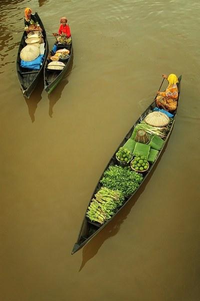 Колоритные фотографии плавучих рынков в Индонезии