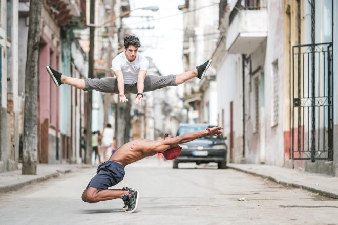 Фотографии танцоров на улицах Кубы