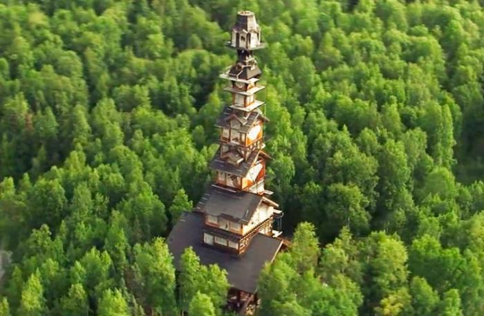 Мужчина построил хижину высотой 55 метров в лесах Аляски