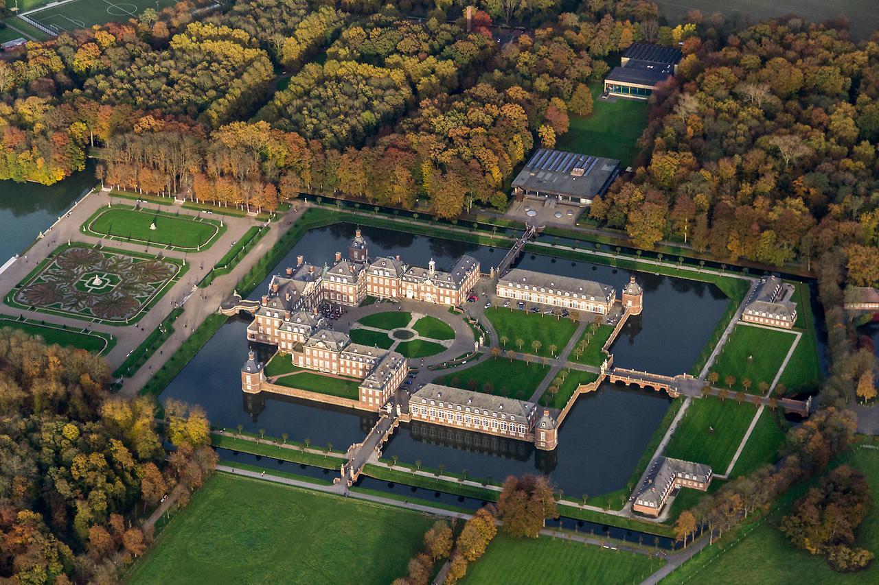 12 величественных замков на воде