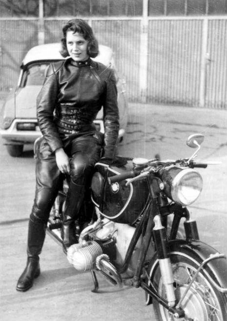 Винтажные фотографии роковых красавиц и их гоночных мотоциклов