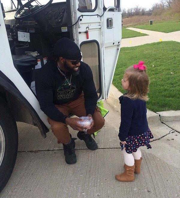 Добрая девочка угостила водителя мусоровоза кексом