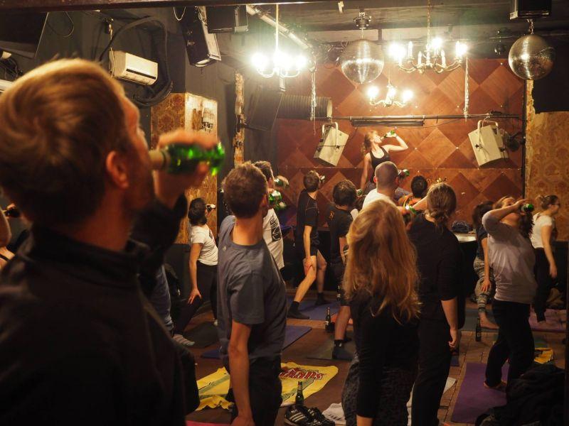 Необычные занятия йогой с бутылкой пива