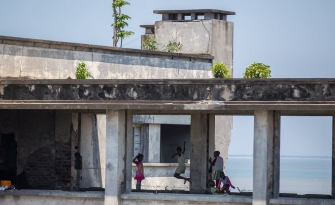 Заброшенная гостиница в Мозамбике стала домом для 3500 человек