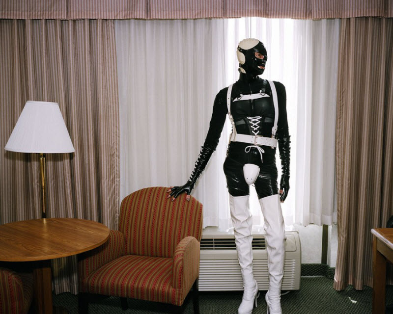 Женщины носят фетишные наряды и платья, чтобы превратить себя в живых кукол