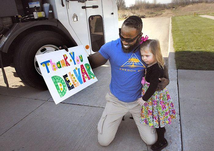 Водитель мусоровоза поздравил добрую девочку с Днем рождения