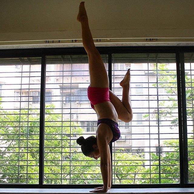 Инструктор по йоге из Индии и асаны в самых неожиданных местах