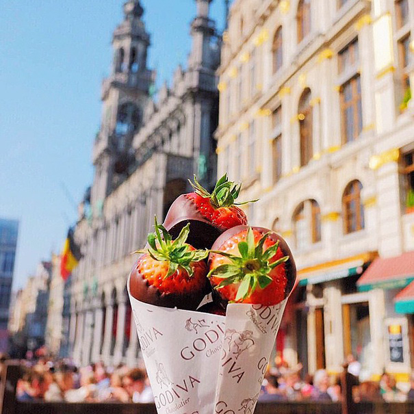 Девушка путешествует по миру и фотографирует сладости из разных городов