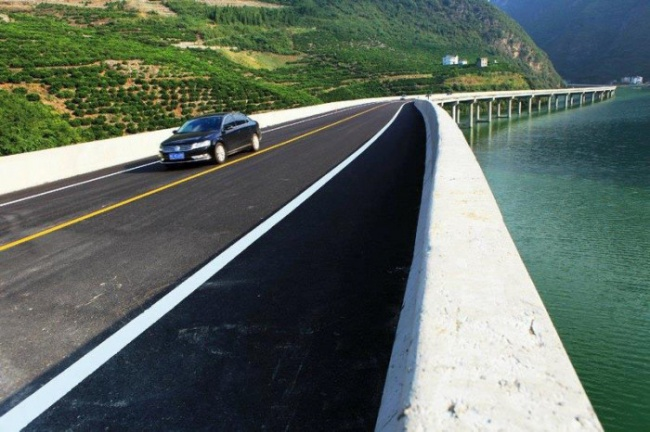 В Китае построили мост в русле реки