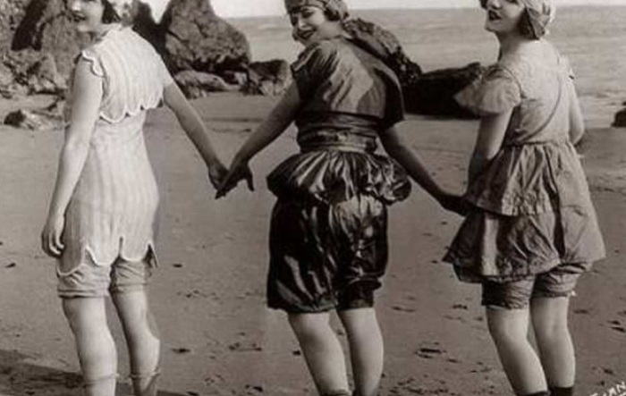 Эволюция купальника: от громоздких платьев до бикини
