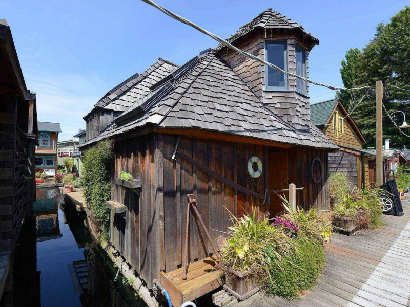 Плавучий дом хоббита в США