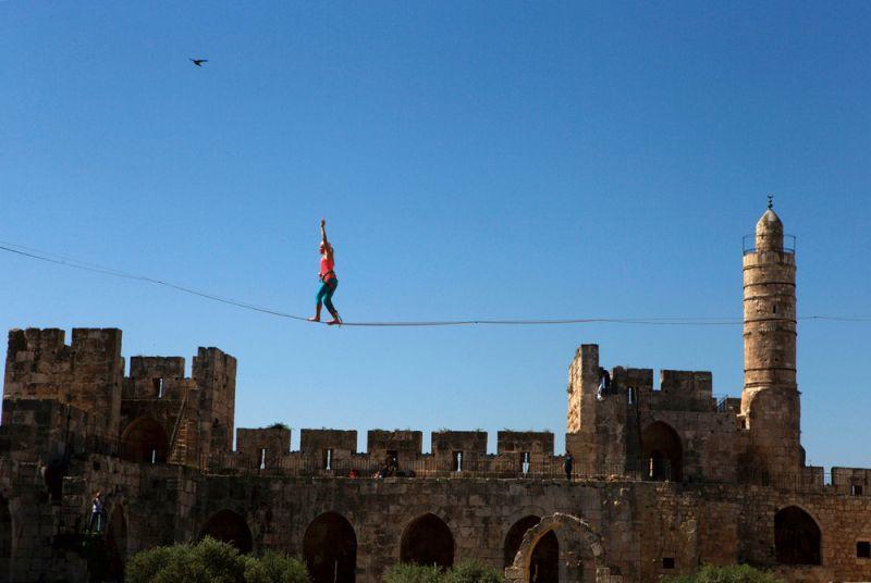 Американка прошла по канату на высоте 35 метров