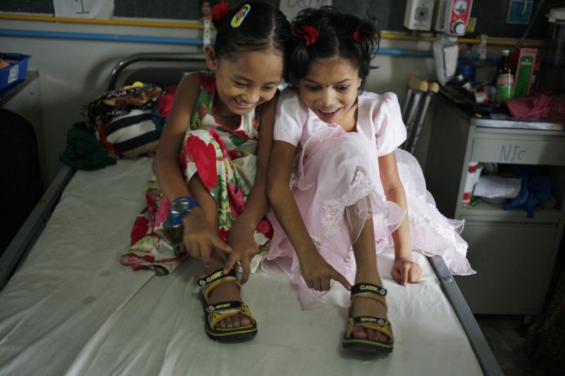 Две девочки и одна общая пара обуви