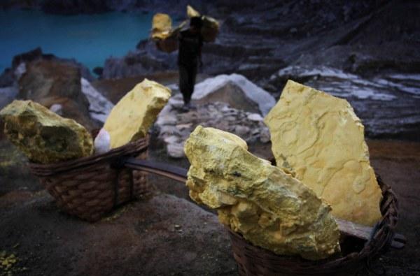 Как добывают серу у вулкана Кава Иджен