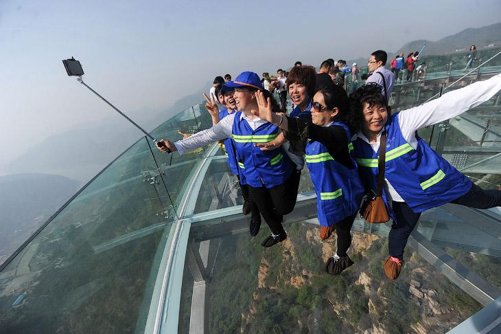 Стеклянная смотровая площадка на высоте 400 метров в Китае
