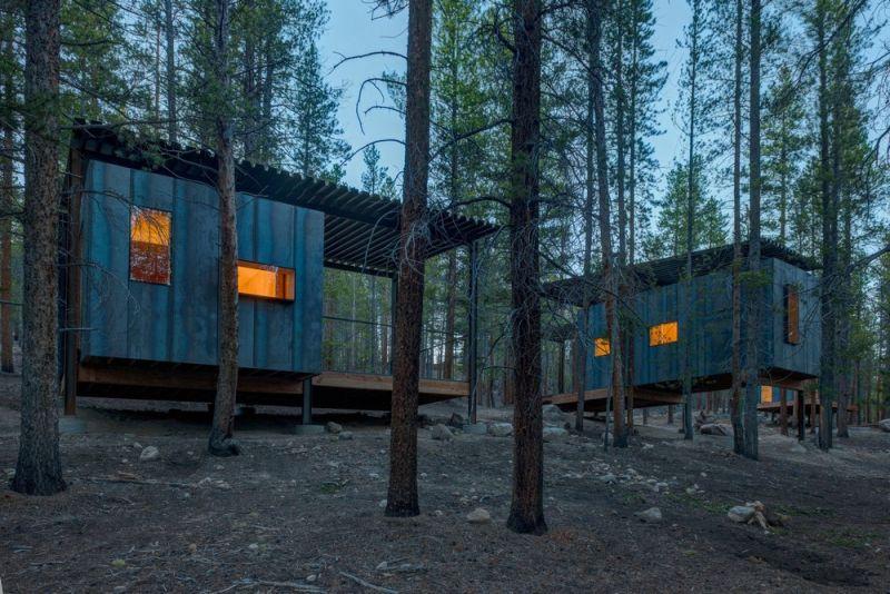 Оригинальное общежитие университета Колорадо в сосновом лесу