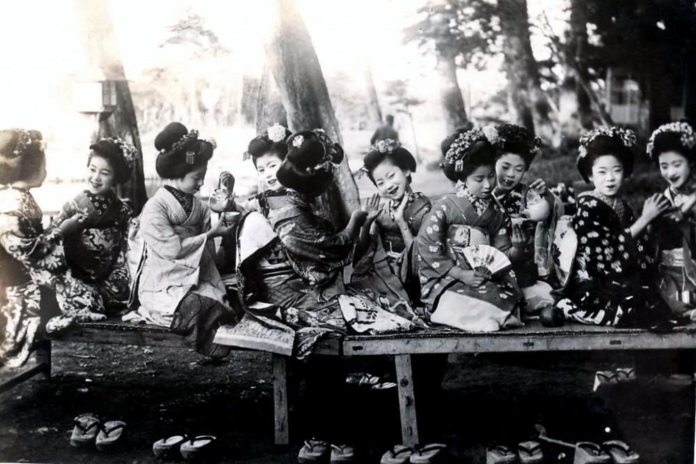 Повседневная жизнь гейш и их юных учениц в 1920-м году