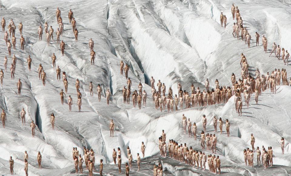 Много обнаженных людей — основа инсталляций Спенсера Туника