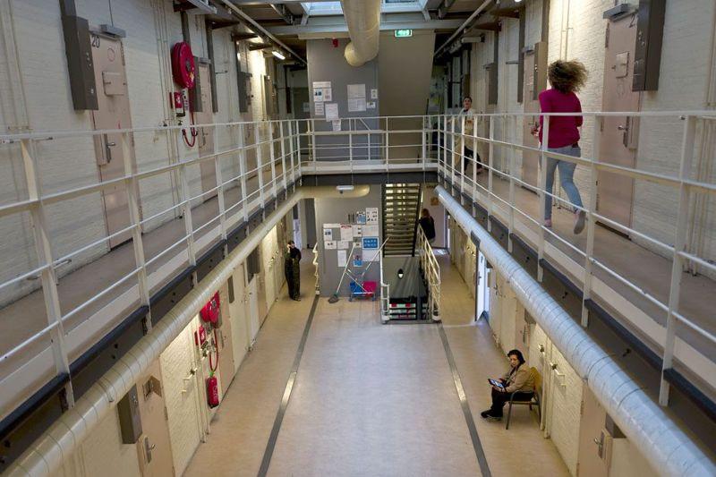 Голландские тюрьмы стали домом для беженцев
