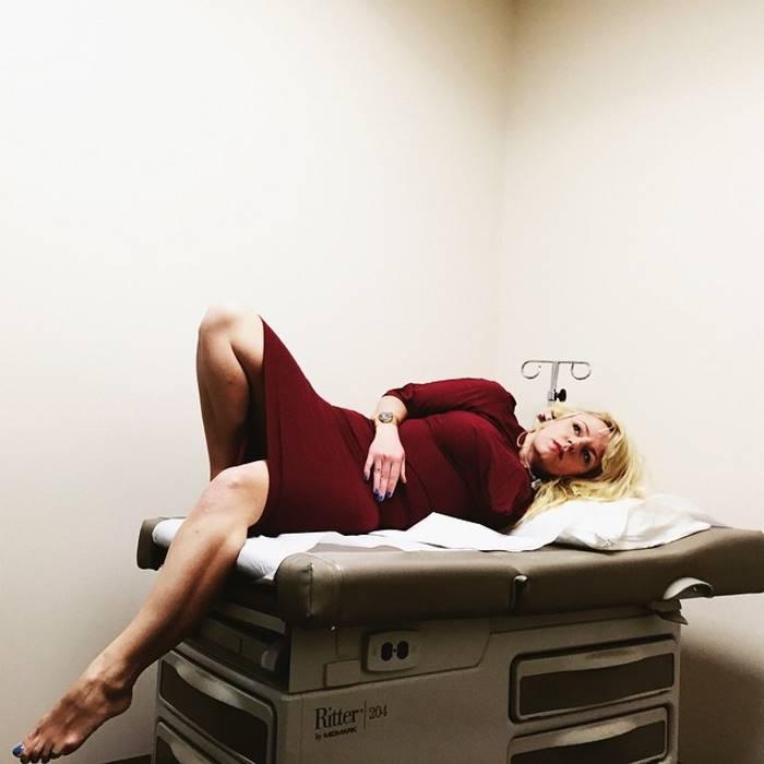 Пациентка превращает медицинские процедуры в гламурные фотосессии