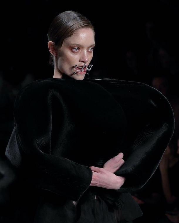 На австралийской Неделе моды моделям продырявили лица