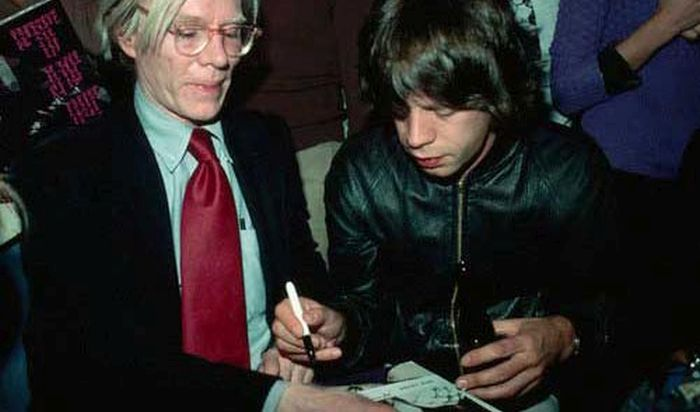 Знаменитости обмениваются автографами
