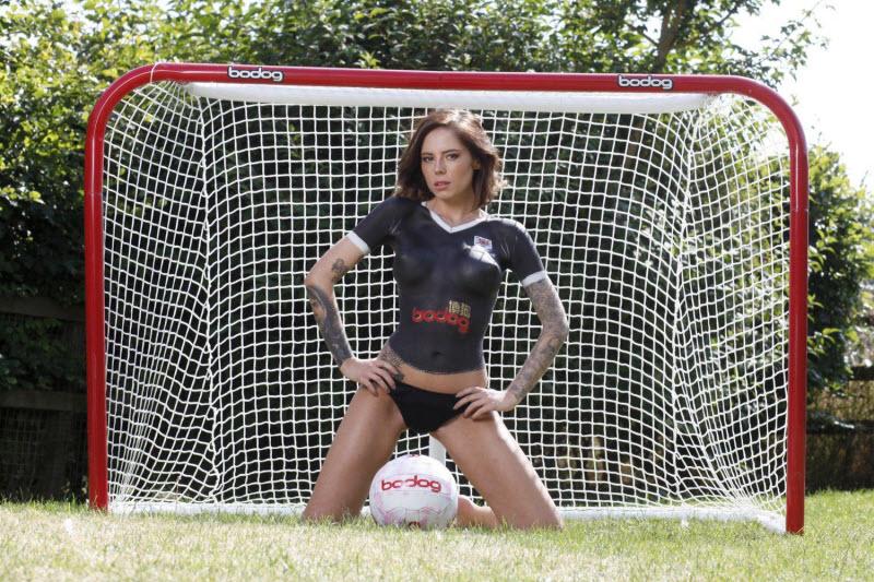 Модели презентовали футбольную форму в боди-арте