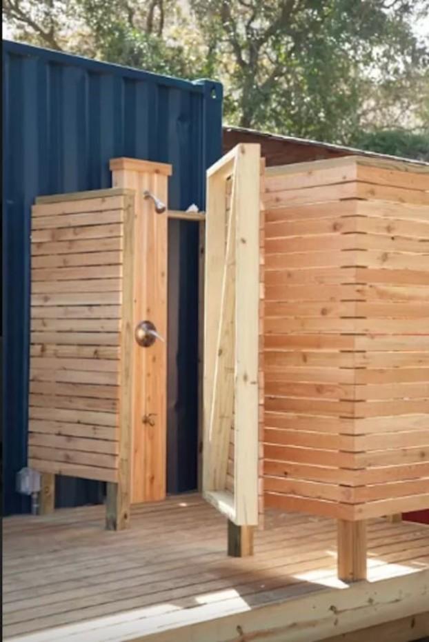 Мужчина купил старый контейнер, чтобы обустроить свой дом
