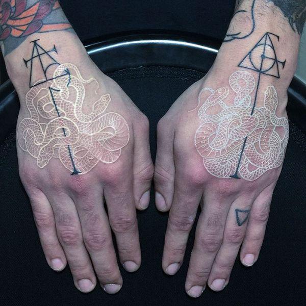 Необычные черно-белые татуировки со змеями от Мирко Саты