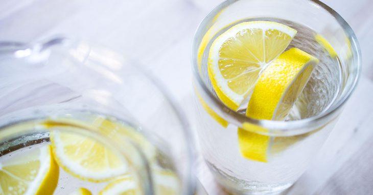11 потрясающих свойств лимонной воды