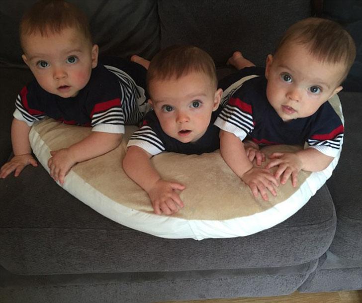 Британские тройняшки, которых с трудом различает даже мать