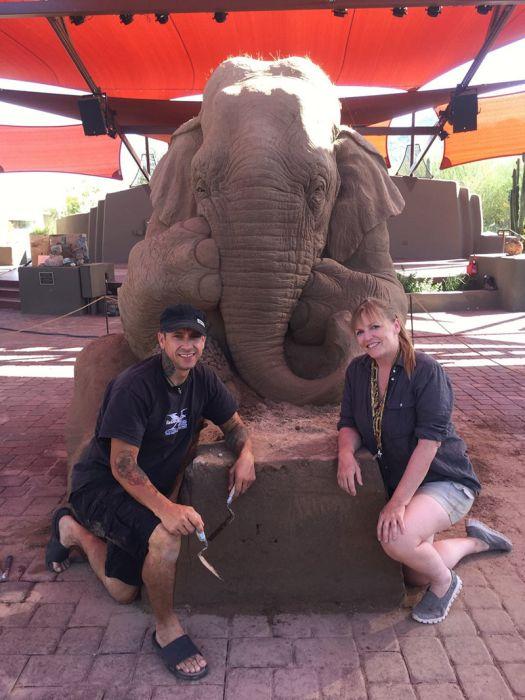 Песчаная скульптура: слон и мышь играют в шахматы