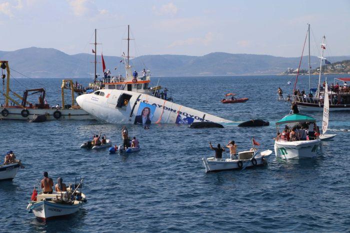 На турецком курорте затопили самолет Airbus A300 для привлечения туристов