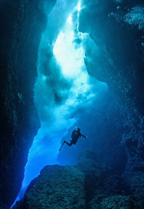 Удивительные подводные пещеры на снимках Чарли Юнга