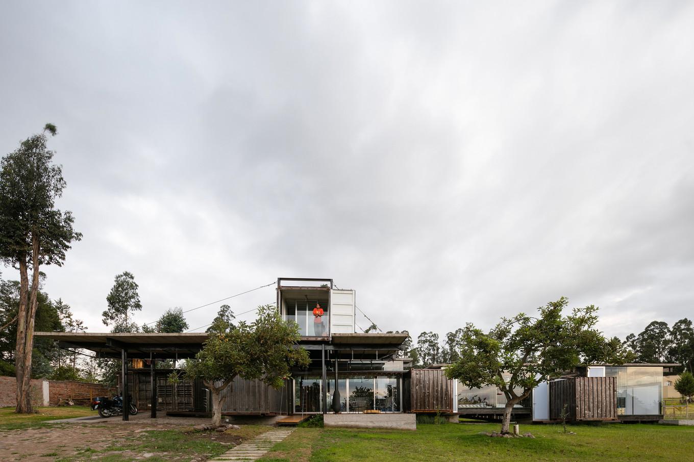 Дом из грузовых контейнеров в Эквадоре