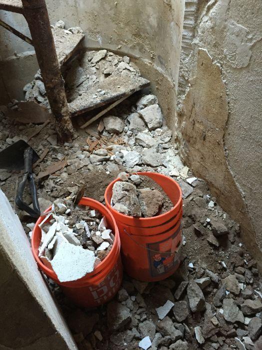 Старый подземный бункер во дворе дома