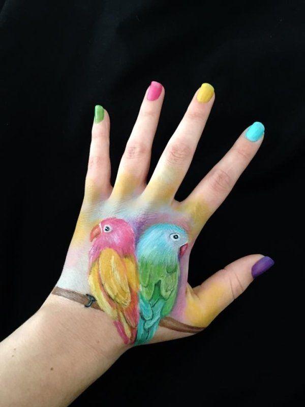 Художница создает невероятные иллюзии с помощью левой руки