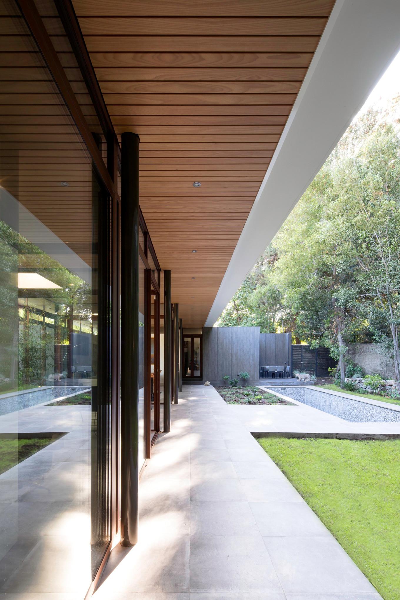 Частный дом со стеклянными стенами и садом в Чили