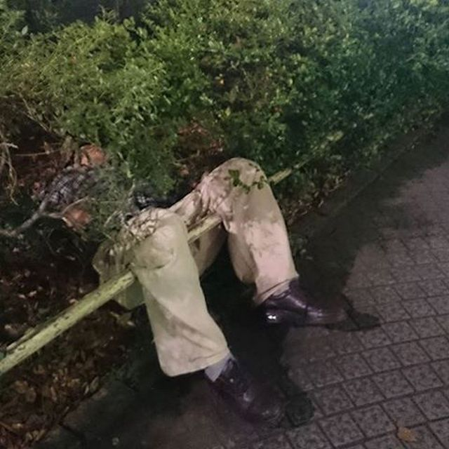 Пьяные японцы спят где попало в самых замысловатых позах