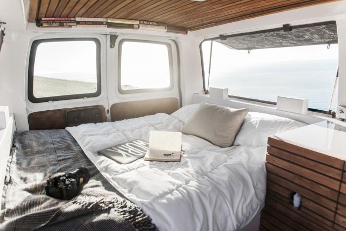 Мобильная квартира-студия из грузового фургона