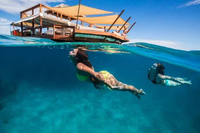 Уникальная плавающая пиццерия в Тихом океане