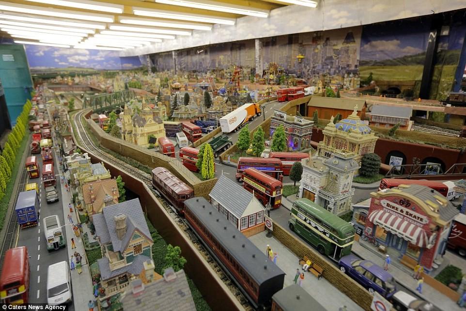 Британский пенсионер собрал невероятную модель железной дороги