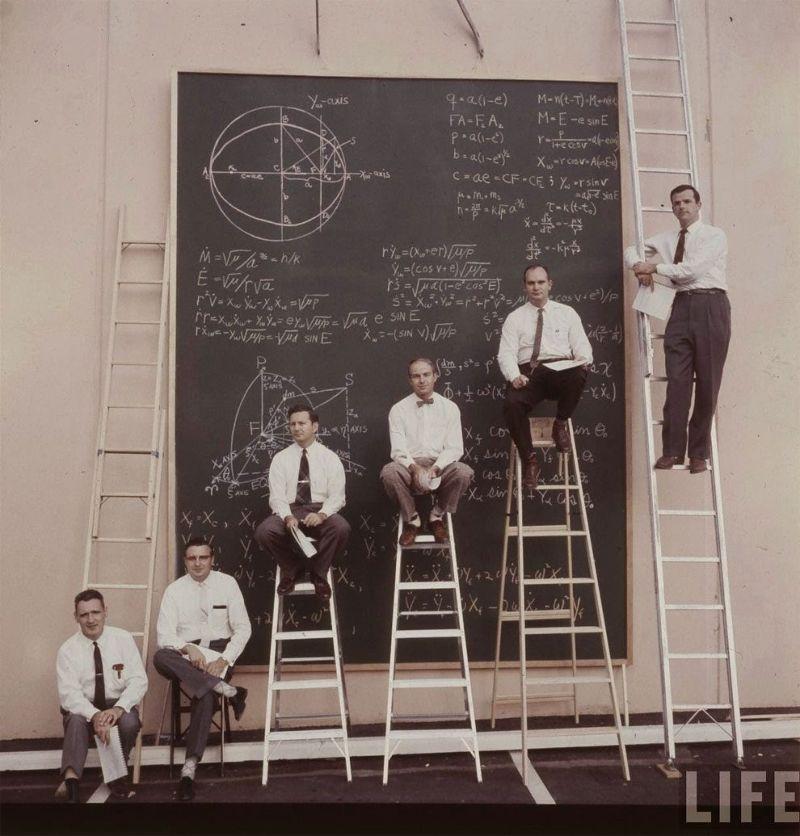Ракетостроители NASA делают совместные расчеты в 1961 году