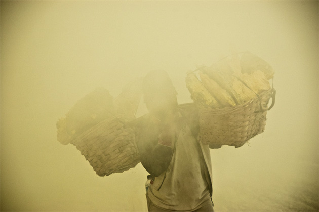 Сборщики серы на острове Ява