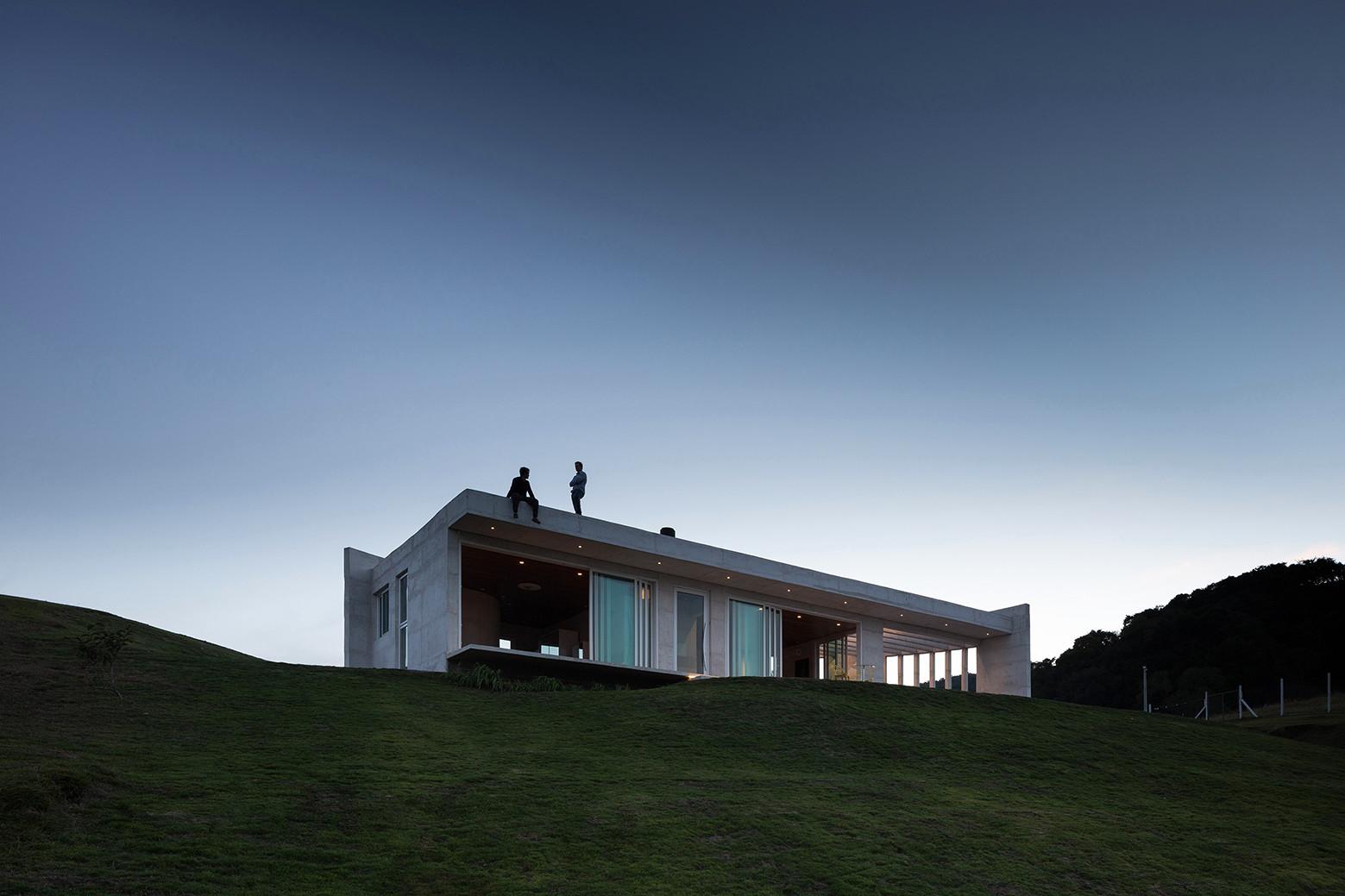 Дом на вершине холма в Бразилии