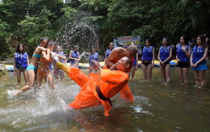 Суровое обучение и подготовка спасателей в бикини