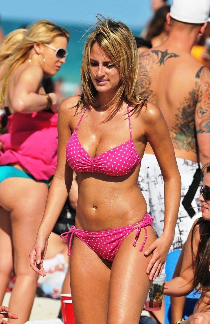Bikini clad anchorwoman — photo 3