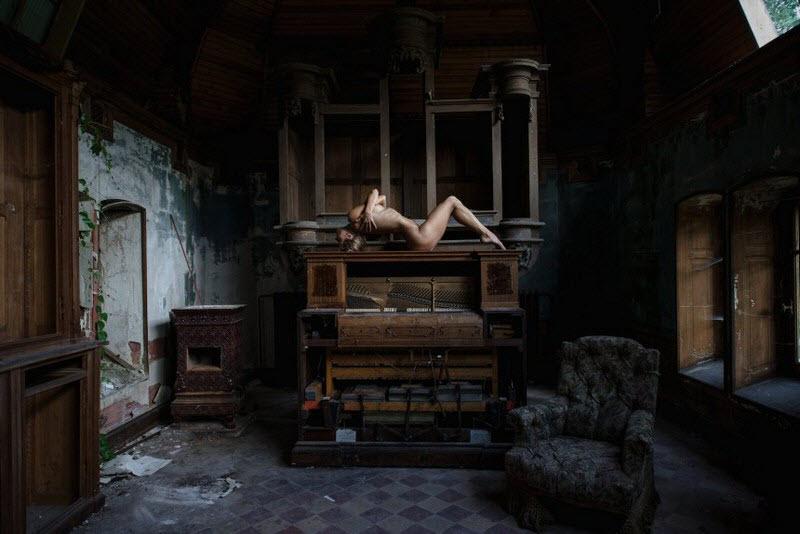 Обнаженные девушки в заброшенных зданиях
