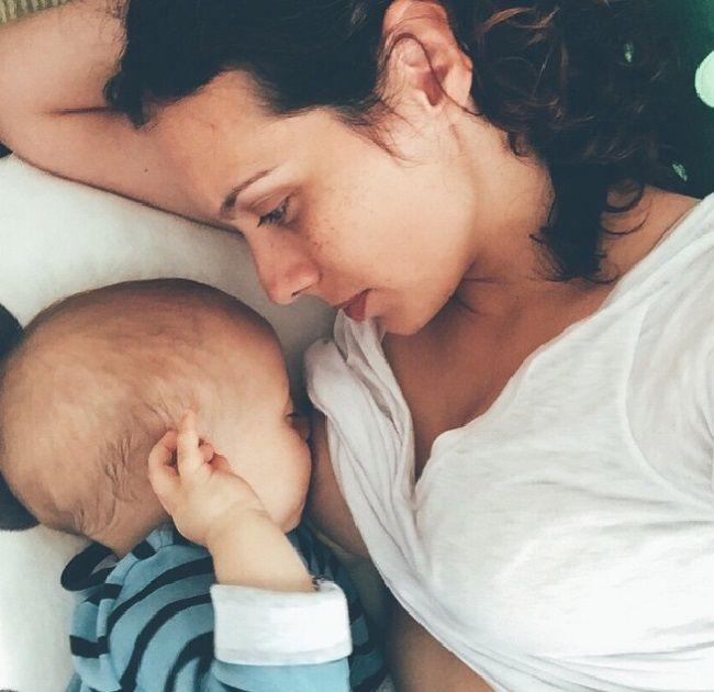 Молодые мамочки делают селфи во время кормления грудью