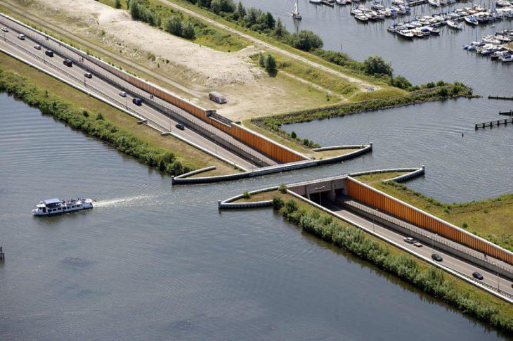 Водный мост в Голландии, нарушающий все законы физики